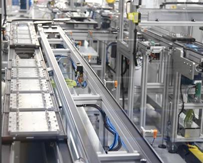 Double belt pallet conveyor line